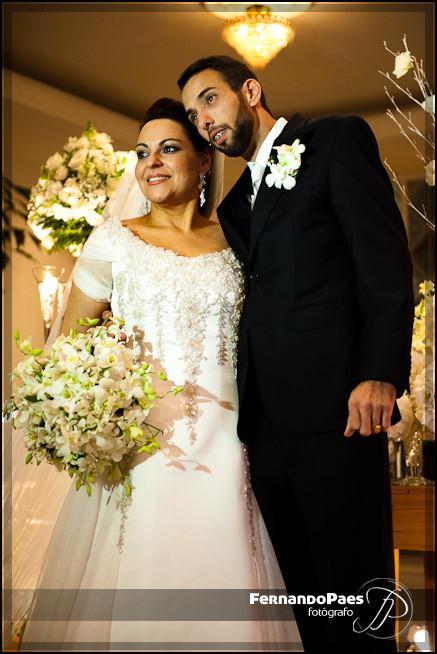 Fotos do Casamento da Noiva e do Noivo na Frente do Bolo - Fotógrafo Fernando Paes
